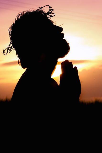 Силует молящегося.